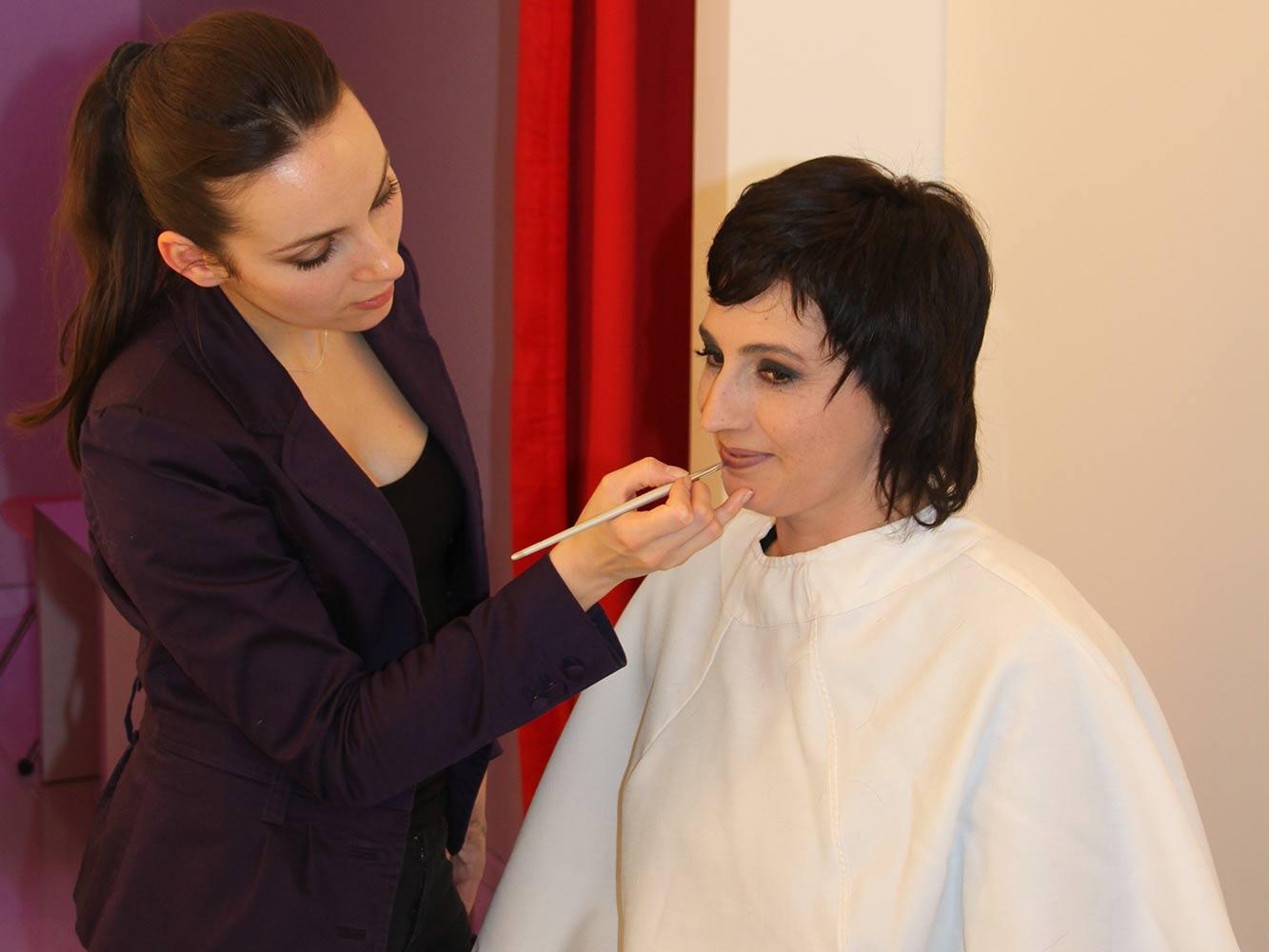 La maquilleuse effectue un maquillage personnalisé